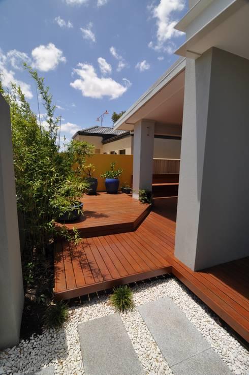 Perth 9 Alfresco: modern Garden by Natasha Fowler Design Solutions