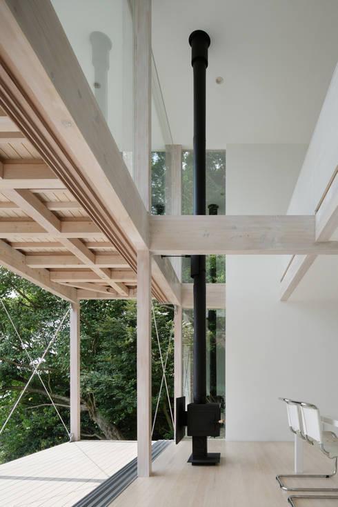 リビング~熱海伊豆山Yさんの家: atelier137 ARCHITECTURAL DESIGN OFFICEが手掛けたリビングです。