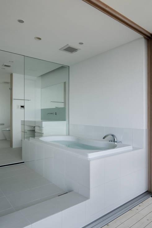 浴室~熱海伊豆山Yさんの家: atelier137 ARCHITECTURAL DESIGN OFFICEが手掛けた浴室です。