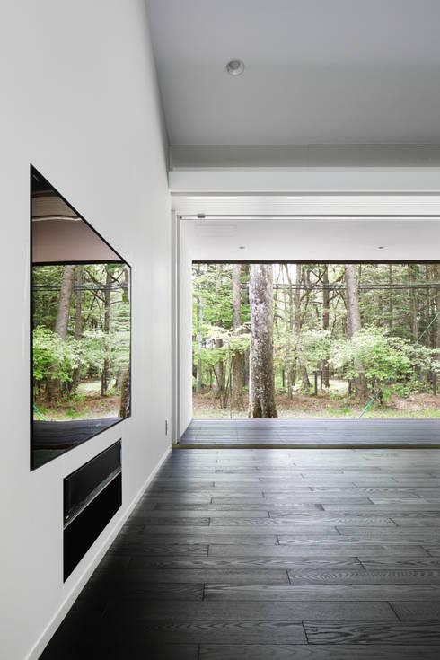 リビング~軽井沢Cさんの家: atelier137 ARCHITECTURAL DESIGN OFFICEが手掛けたリビングです。