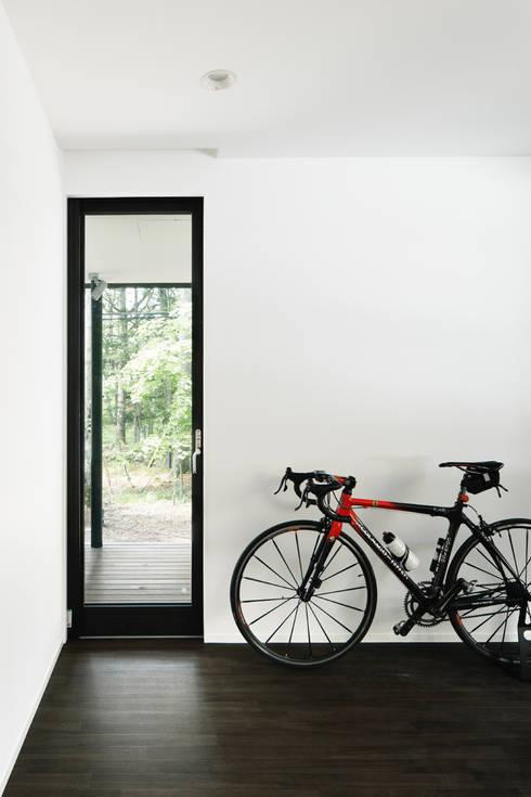 寝室~軽井沢Cさんの家: atelier137 ARCHITECTURAL DESIGN OFFICEが手掛けた窓です。