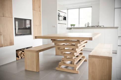 Table Altaar private residence: moderne Eetkamer door VanJoost