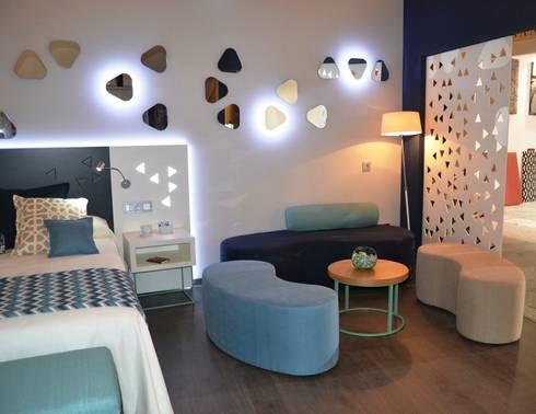 Diseño del stand, los muebles y el interiorismo para Mobenia y Comersan en la feria INTERIHOTEL 2014: Dormitorios de estilo moderno de Mireia Cid