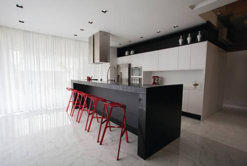 ZAAV-Casa-Interiores-1233: Cozinhas minimalistas por ZAAV Arquitetura