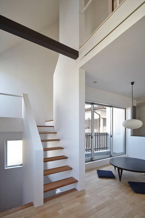 島本町の家: 松本建築事務所/MA2 ARCHITECTSが手掛けたリビングです。
