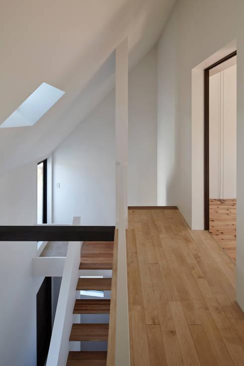 島本町の家: 松本建築事務所/MA2 ARCHITECTSが手掛けた廊下 & 玄関です。