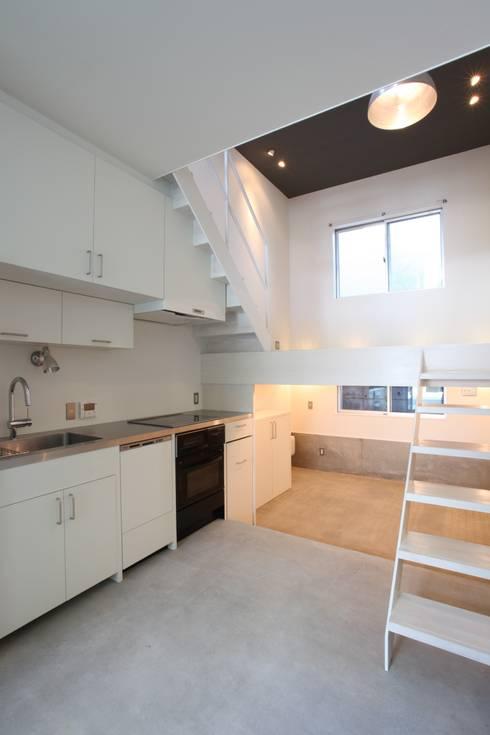 マルコビッチな家: SASAKI YOSHIKI ARCHITECTS STUDIOが手掛けたキッチンです。