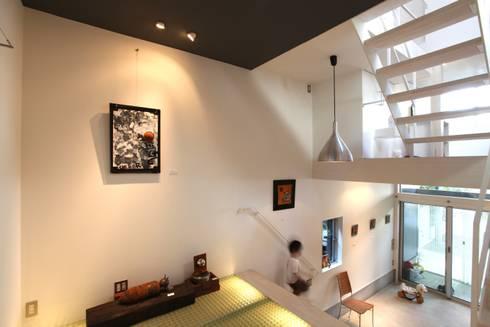 マルコビッチな家: SASAKI YOSHIKI ARCHITECTS STUDIOが手掛けた廊下 & 玄関です。