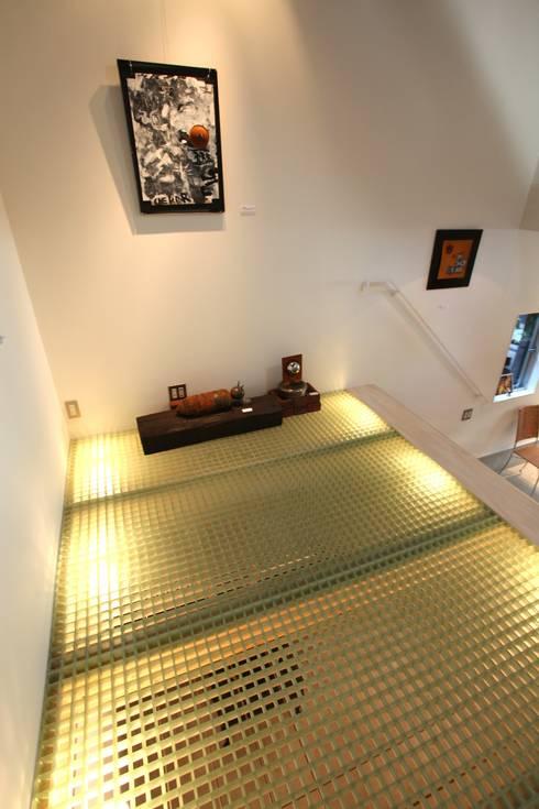 マルコビッチな家: SASAKI YOSHIKI ARCHITECTS STUDIOが手掛けたリビングです。