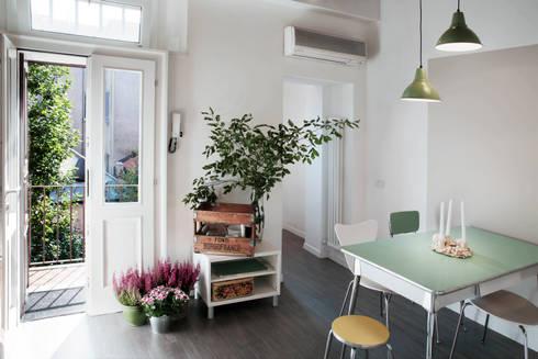casa di ringhiera: Soggiorno in stile in stile Moderno di marta novarini architetto