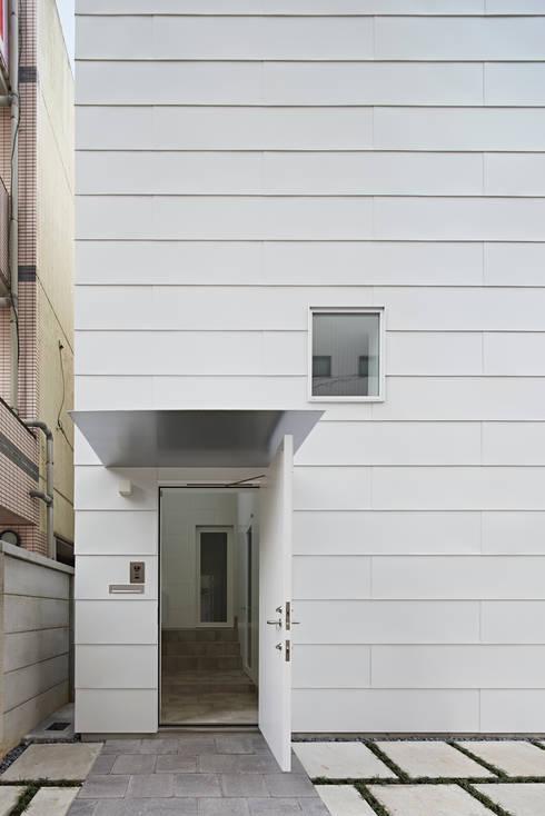 外観-玄関ポーチ: アソトシヒロデザインオフィス/Toshihiro ASO Design Officeが手掛けた家です。