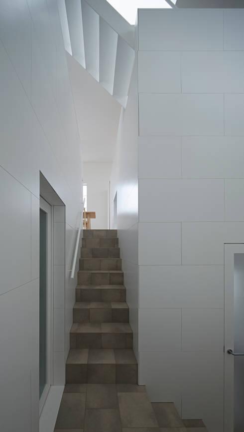 内観-階段からダイニングを見る: アソトシヒロデザインオフィス/Toshihiro ASO Design Officeが手掛けた廊下 & 玄関です。