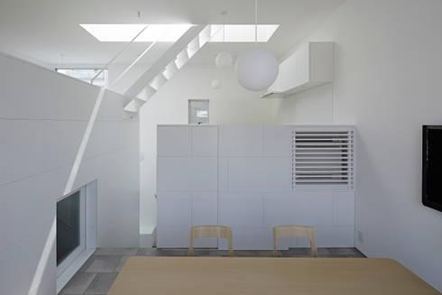 内観-ダイニングからキッチン側を見る: アソトシヒロデザインオフィス/Toshihiro ASO Design Officeが手掛けたダイニングです。