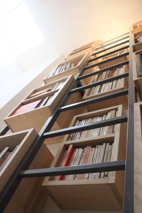 Détail Bibliothèque sur mesure + échelle: Couloir, entrée, escaliers de style  par Yeme + Saunier