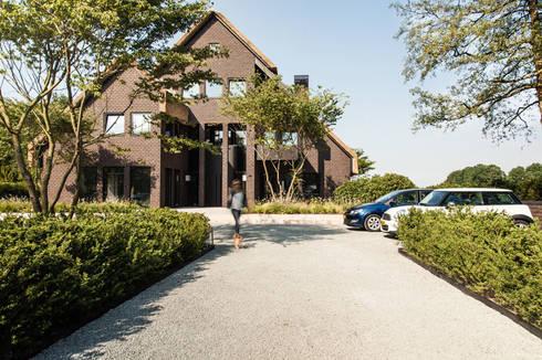 Wellnesstuin verbonden met het omliggende landschap: moderne Tuin door Studio REDD exclusieve tuinen