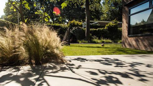 Een villatuin voor levensgenieters: moderne Tuin door Studio REDD exclusieve tuinen