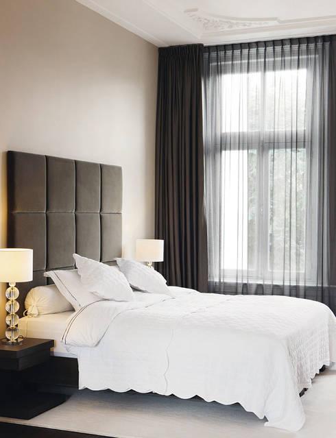 luxe bed met maatwerk headboard:  Slaapkamer door choc studio interieur