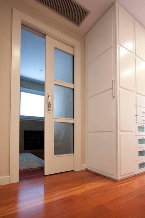 Ventanas y puertas de estilo  por MUDEYBA S.L.