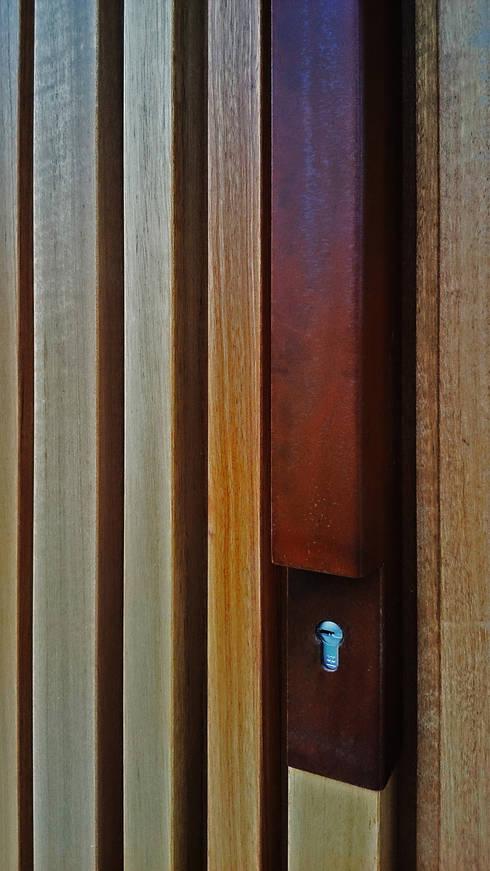 dettaglio dell maniglia: Finestre & Porte in stile in stile Moderno di silvia ancarani