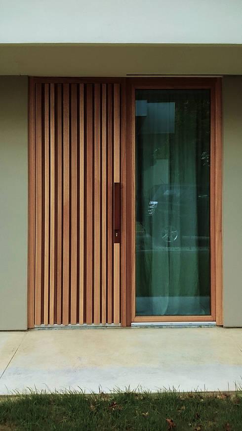 dettaglio degli infissi esterni: Finestre & Porte in stile in stile Moderno di silvia ancarani