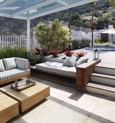Cobertura Jardim Botânico: Terraços  por Andréa Menezes & Franklin Iriarte
