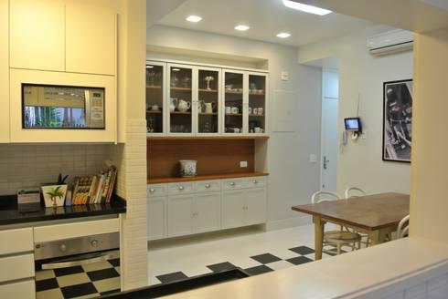 Cozinha Leblon: Cozinhas ecléticas por Andréa Menezes & Franklin Iriarte