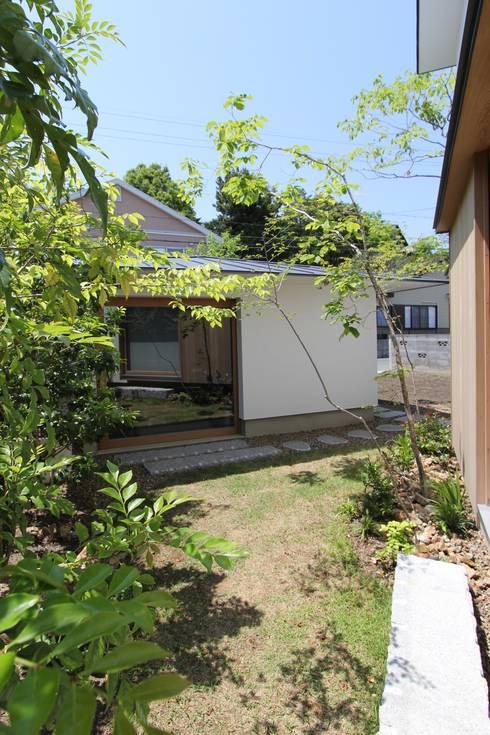 イエニワハナレ: amp / アンプ建築設計事務所が手掛けた庭です。