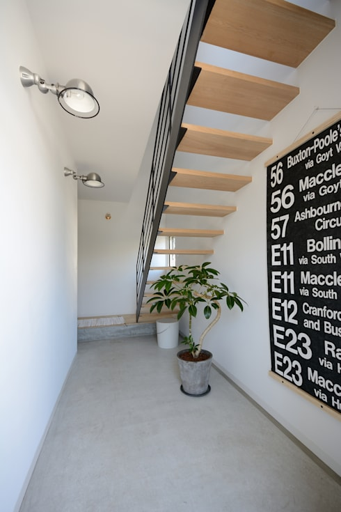 Pasillos y vestíbulos de estilo  por 石躍健志建築設計事務所