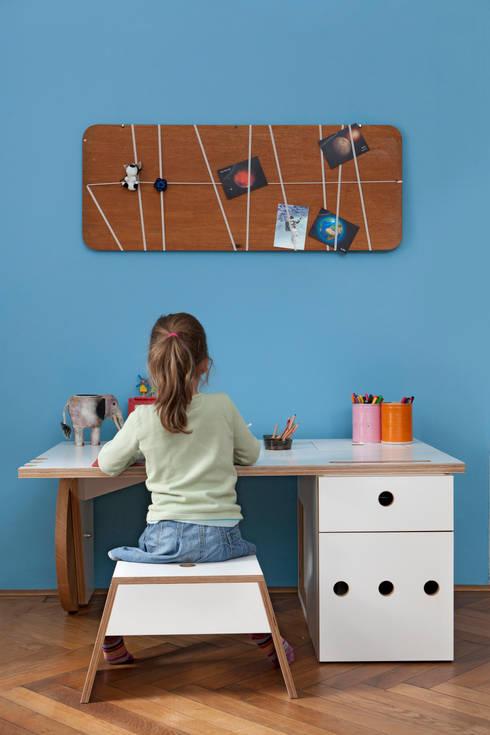 Kinderschreibtisch: moderne Kinderzimmer von DUELLI KLEE Dipl. Ing. Innenarchitektur Partnerschaft