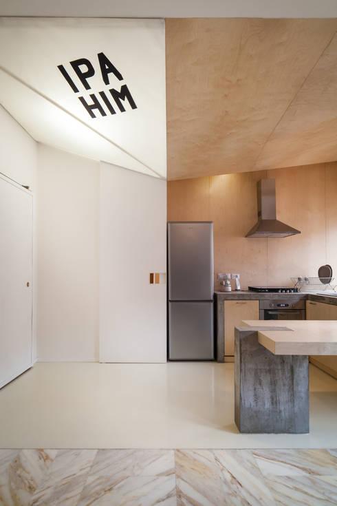 IPAHIM: Ingresso & Corridoio in stile  di BLA! UFFICIO DI ARCHITETTURA