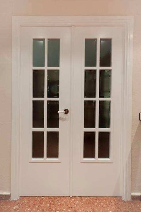 Puerta lacada en blanco: Puertas y ventanas de estilo clásico de MUDEYBA S.L.
