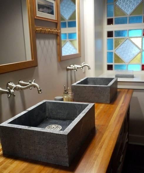 Un mix d'ancien, de classique et d'exotique: Salle de bain de style de style Classique par Bombardier et Cie