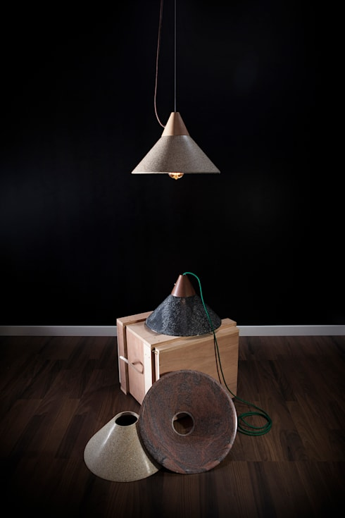 Lámpara MIKA: Salones de estilo moderno de Decojondepato.com