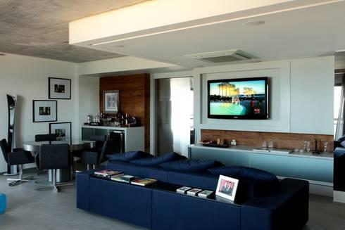 Apto 1000 1000: Salas multimédia modernas por Carlos Otávio Arquitetura e Interiores