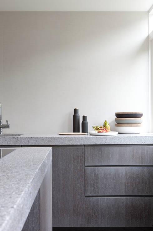 Herenhuis in Den Haag: moderne Keuken door Remy Meijers Interieurarchitectuur