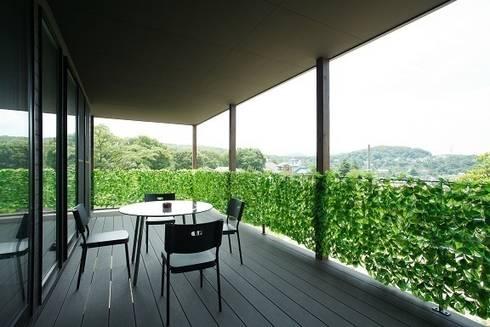 リゾートな家~神戸市T様邸: 株式会社 創匠が手掛けたベランダです。