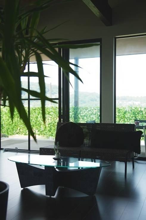 リゾートな家~神戸市T様邸: 株式会社 創匠が手掛けたリビングです。