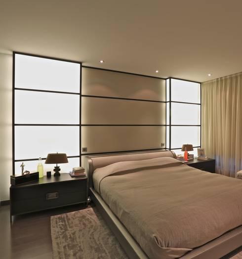 Kerim Çarmıklı İç Mimarlık – A.Y.G. ULUS SAVOY EVİ / A.Y.G. ULUS SAVOY HOUSE 2012: modern tarz Yatak Odası