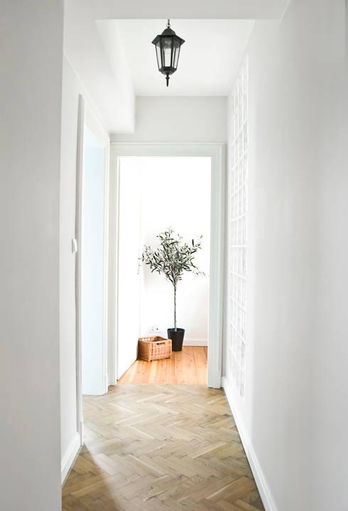 Dom jak z bajki.: styl , w kategorii Korytarz, przedpokój zaprojektowany przez Miśkiewicz Design