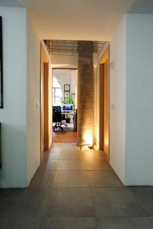 Una ex officina meccanica di precisione prende vita: Ingresso & Corridoio in stile  di ec&co. | architetti | Milano