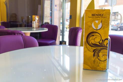 Cafetería Méndez Gold: Locales gastronómicos de estilo  de moreandmore design