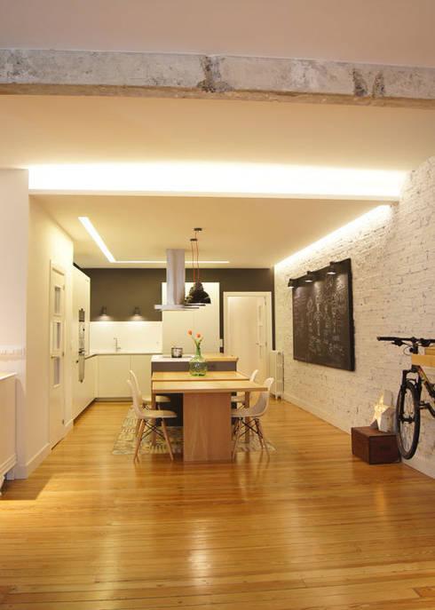 Sube Susaeta Interiorismo diseña y decora cocina abierta: Casas de estilo moderno de Sube Susaeta Interiorismo