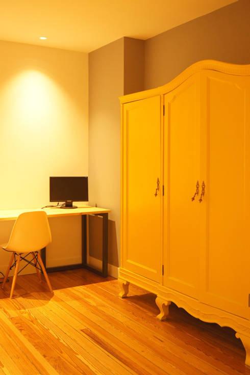 Sube Susaeta Interiorismo diseña y decora dormitorio: Dormitorios de estilo moderno de Sube Susaeta Interiorismo