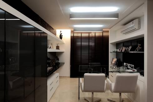 Apartamento Mucuripe: Escritórios e Espaços de trabalho  por Carlos Otávio Arquitetura e Interiores