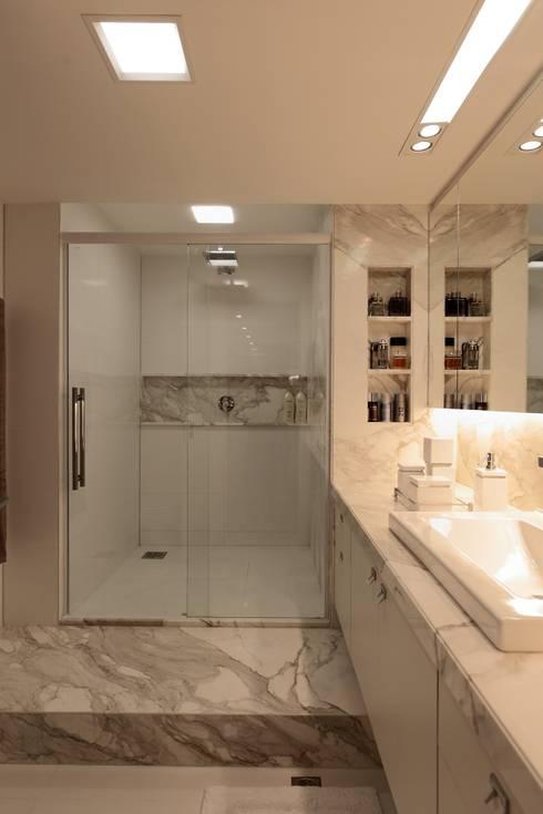 Apartamento Mucuripe: Casas de banho clássicas por Carlos Otávio Arquitetura e Interiores