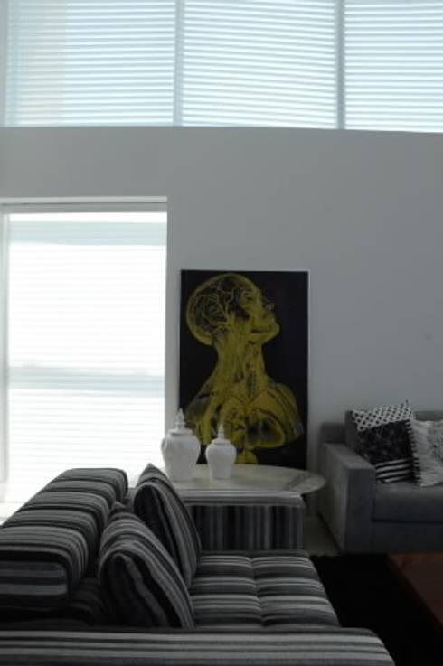 Casa Alphaville: Salas de estar modernas por Carlos Otávio Arquitetura e Interiores