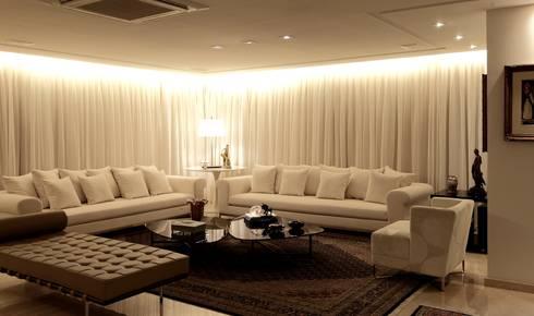 Apartamento Mucuripe: Salas de estar clássicas por Carlos Otávio Arquitetura e Interiores