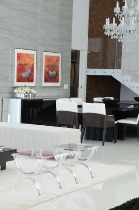 Casa Alphaville: Paredes  por Carlos Otávio Arquitetura e Interiores