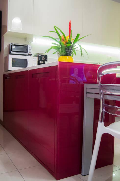 Cucina bicolore laccata lucida rossa e bianca di Arredamenti ...