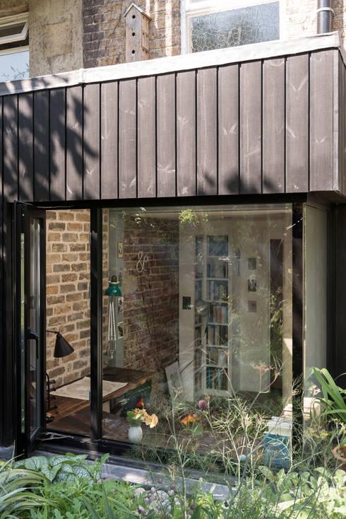 Frameless corner window:  Windows  by MW Architects